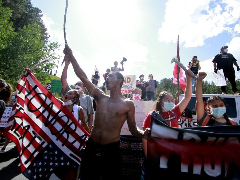 Native Americans bilden eine Straßensperre auf dem Weg zum Mount Rushmore. Foto: Stephen Groves/AP/dpa