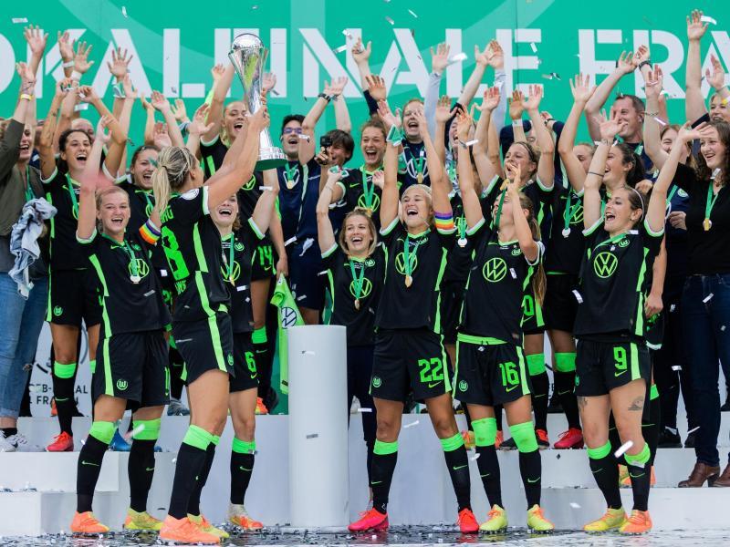Zum insgesamt siebten Mal holen die Wolfsburger Frauen den DFB-Pokal. Foto: Rolf Vennenbernd/dpa