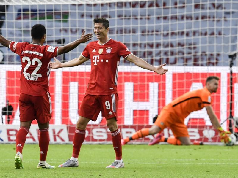Ein Fehler von Bayer-Keeper Lukas Hradecky ebnete Bayern den Weg zum 3:0 durch Robert Lewandowski (M). Foto: John Macdougall/AFP/POOL/dpa