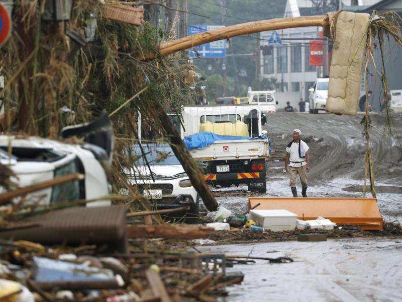 In Hitoyoshi werden Trümmer beseitigt. Foto: Takuto Kaneko/Kyodo News/AP/dpa
