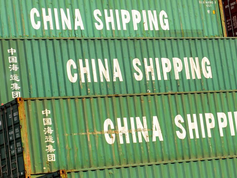 Container mit der Aufschrift «China Shipping», stehen im Hafen. Trotz der globalen Corona-Krise hat sich Chinas Außenhandel überraschend gut erholt. Foto: Ole Spata/dpa