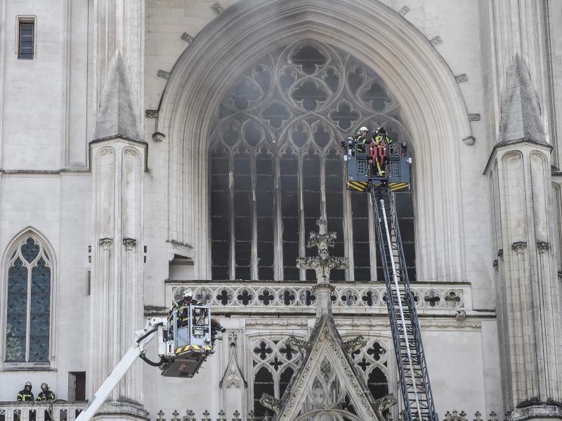Feuerwehrleute an der Kathedrale Saint-Pierre-et-Saint-Paul im Einsatz. Foto: Sebastien Salom-Gomis/AFP/dpa