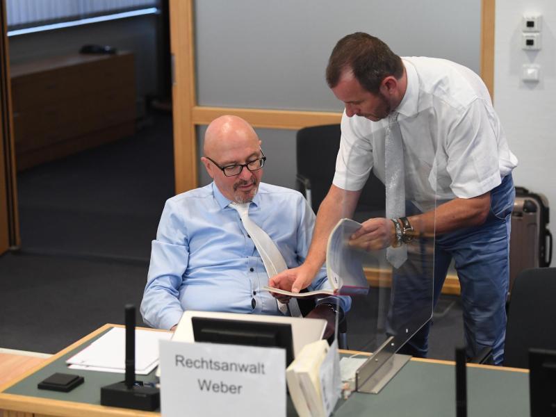 Die Verteidiger des Angeklagten, Hans-Dieter Weber (l) aus Karlsruhe und Thomas Rutkowski aus Helbra, unterhalten sich vor Prozessbeginn. Foto: Hendrik Schmidt/dpa-Zentralbild/Pool/dpa
