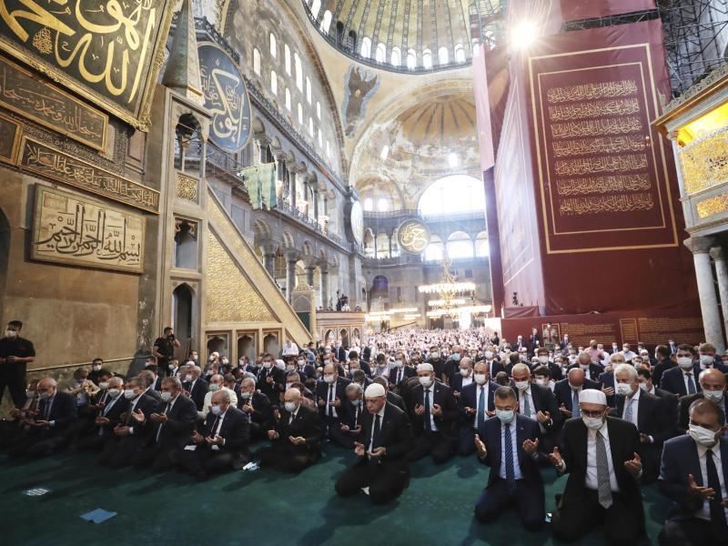 Recep Tayyip Erdogan (m.), Staatspräsident der Türkei, nimmt an den Freitagsgebeten in der Hagia Sophia teil. Foto: Uncredited/Turkish Presidency/AP/dpa