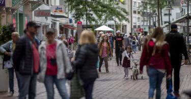 Menschen in einer Einkaufszone in der Berliner Straße in der Innenstadt von Gütersloh. Foto: David Inderlied/dpa