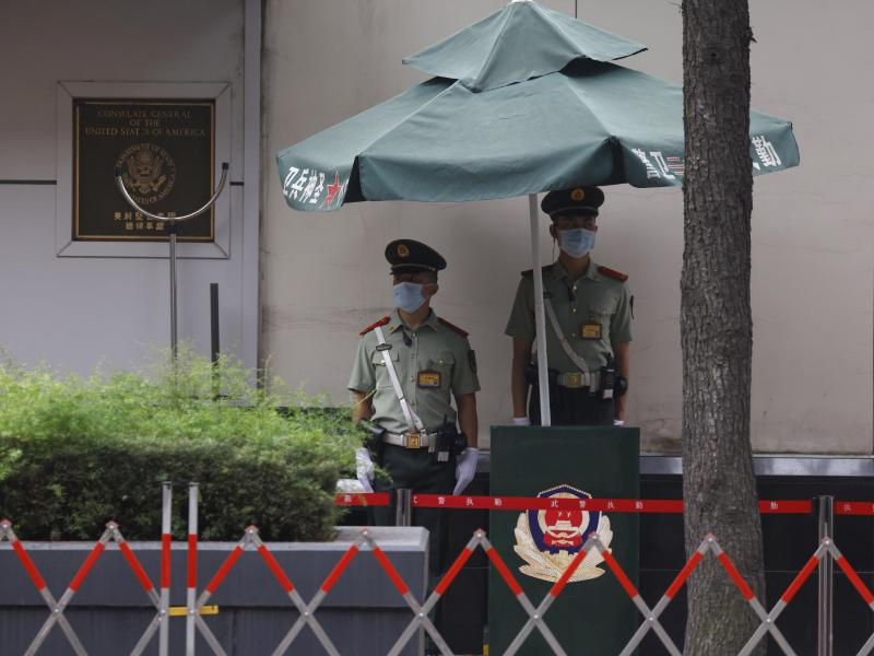 China:Zwei paramilitärische Polizisten bewachen die US-Vertretung in Chengdu. Foto: Ng Han Guan/AP/dpa