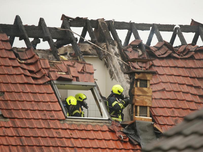 Das Flugzeug soll auf das Hausdach gestürzt sein, das daraufhin Feuer fing. Foto: David Young/dpa