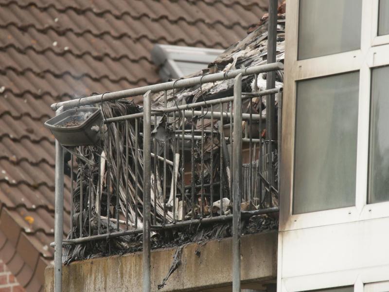 Verkohlte Trümmer auf einem Balkon. Foto: David Young/dpa