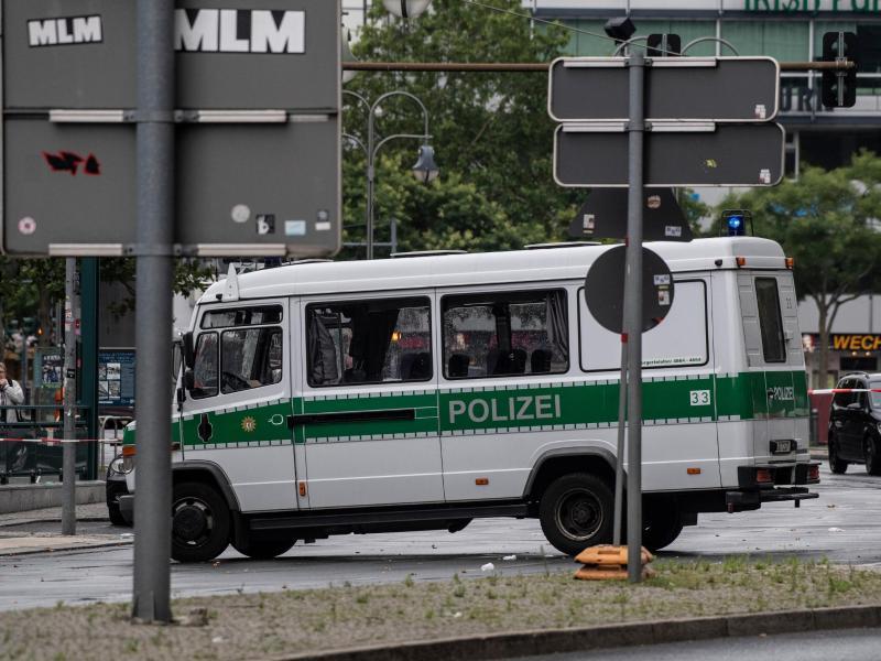 Nach dem Unfall sperrte ein Polizeiwagen die Zufahrt zum Bahnhof Zoo. Foto: Paul Zinken/dpa-zb-zentralbild/dpa