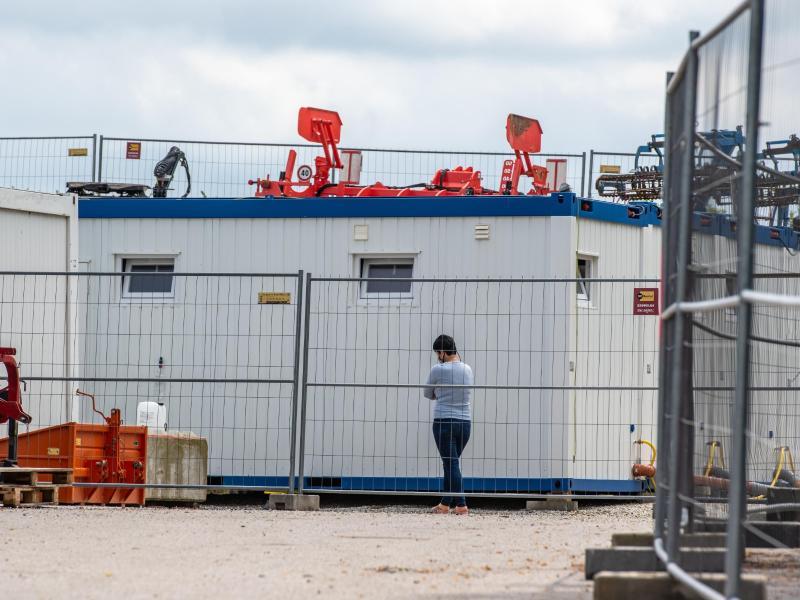 Nach einer Masseninfektion auf dem Bauernhof stehen fast 500 Menschen unter Quarantäne und dürfen das Betriebsgelände nicht mehr verlassen. Foto: Armin Weigel/dpa