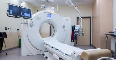 Ein Computertomograph, mit dem unter anderem die Spuren einer Covid-19-Erkrankungen in der Lunge untersucht werden können. Foto: Christophe Gateau/dpa