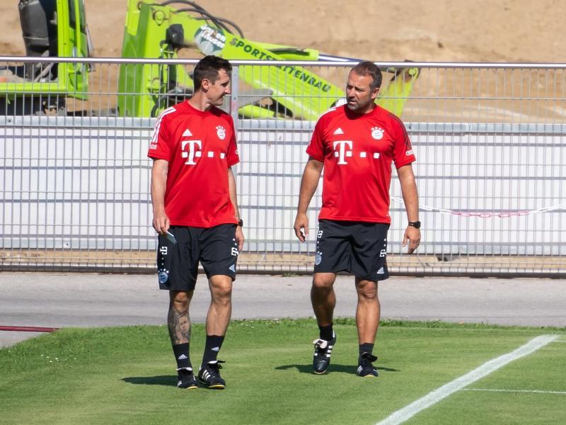 Auftakt als Bayern-Co: Miroslav Klose (l) und Chefcoach Hansi Flick. Foto: Sven Hoppe/dpa