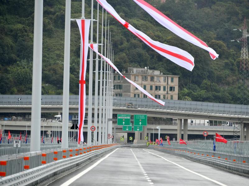 Der normale Verkehr soll ab Mitte der Woche, vermutlich ab 5. August, über die San-Giorgio-Brücke rollen. Foto: Gian Mattia D'Alberto/LaPresse/AP/dpa