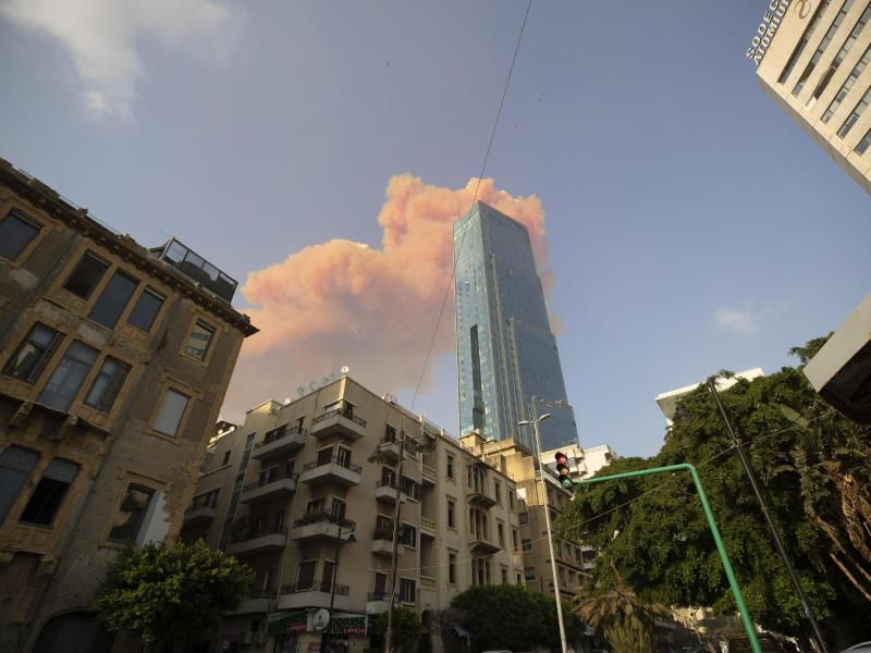 Eine Rauchwolke steht nach der Explosion am Himmel über Beirut. Foto: Hassan Ammar/AP/dpa