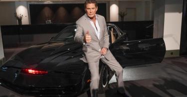 US-Schauspieler David Hasselhoff sitzt auf dem Sportwagen «K.I.T.T.» aus der Serie «Knight Rider». Foto: Jörg Carstensen/dpa
