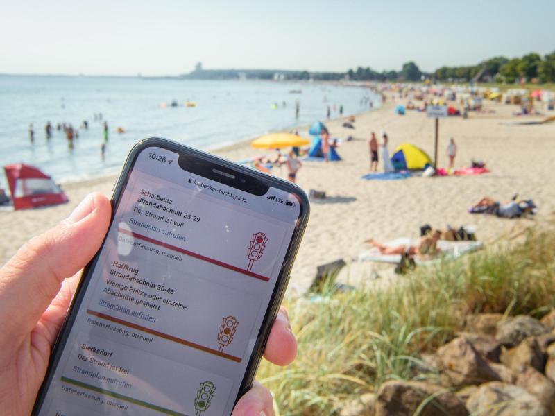 Die App «Strandticker» der Ostseegemeinden misst in Corona-Zeiten die Auslastung an den Ostseestränden. Foto: Gregor Fischer/dpa