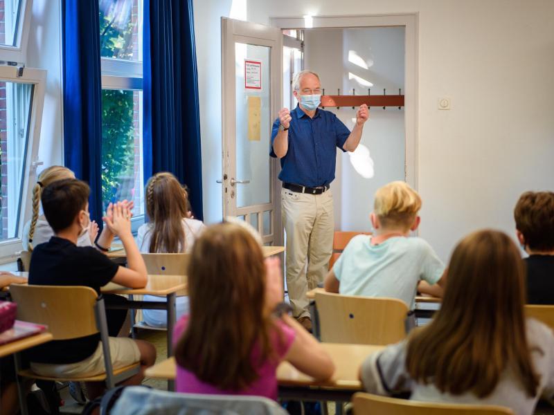Laut Experten soll in jedem Klassenraum spätestens nach 45 Minuten Unterricht komplett gelüftet werden. Foto: Gregor Fischer/dpa