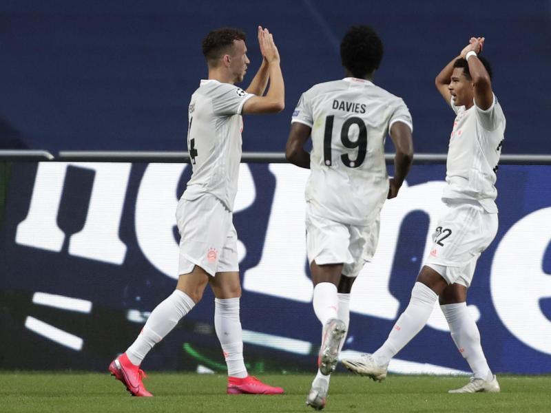 Ivan Perisic (l) bejubelt seinen Treffer mit Serge Gnabry (r) und Alphonso Davies. Foto: Manu Fernandez/AP Pool/dpa