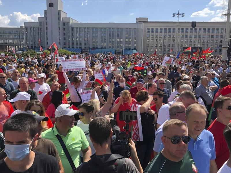 Hunderte Anhänger von Präsident Lukaschenko versammeln sich zu einer Kundgebung auf dem Unabhängigkeitsplatz in Minsk. Foto: Sergei Grits/AP/dpa