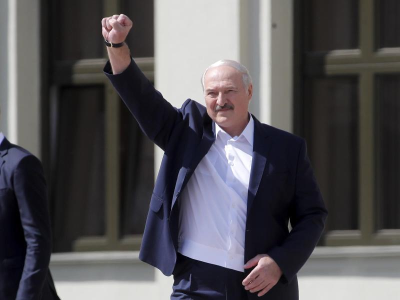 Alexander Lukaschenko grüßt seine Anhänger bei einer Kundgebung auf dem Unabhängigkeitsplatz. Foto: Dmitri Lovetsky/AP/dpa