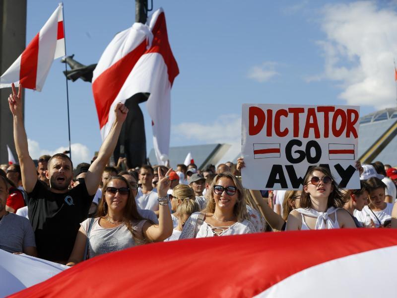 Demonstranten der belarussischen Opposition protestieren gegen die mutmaßlich gefälschte Wiederwahl von Präsidenten Lukaschenko. Foto: Sergei Grits/AP/dpa