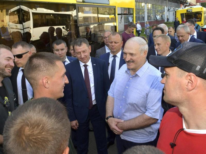 Präsident Alexander Lukaschenko (2.v.r) besucht den staatlichen Traktorenhersteller MZKT in Minsk. Foto: Andrei Stasevich/BelTA/AP/dpa