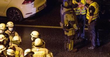 Ein Kriminaltechniker bespricht sich vor seinem Einsatz auf der Berliner Stadtautobahn A100 auf der Höhe der Ausfahrt Alboinstraße. Zuvor hatte ein Autofahrer laut Polizei mehrere Unfälle verursacht und anschließend behauptet, einen gefährlichen Gegenstand im Wagen zu haben. Foto: Paul Zinken/dpa-Zentralbild/dpa