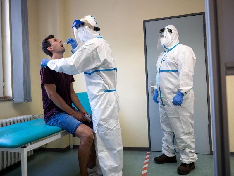 Das Robert Koch-Institut (RKI) meldete am Samstagmorgen 2034 neue Infektionen innerhalb eines Tages. Foto: Marius Becker/dpa