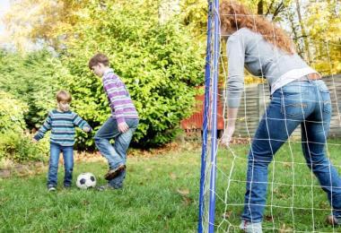 An der frischen Luft herumtoben und spielen - das macht Spaß und tut auch den Augen gut. Foto: Christin Klose/dpa-tmn