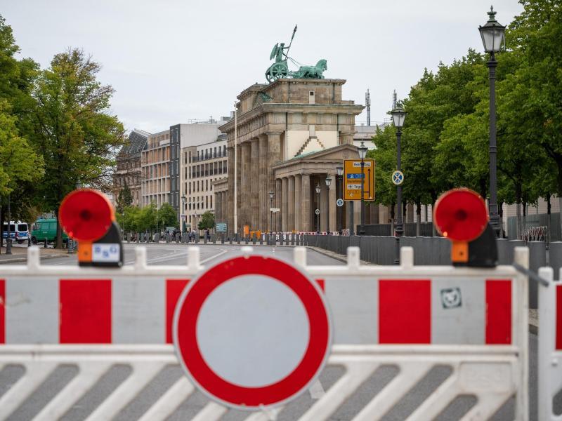 Die Straße vor dem Brandenburger Tor ist am frühen Morgen gesperrt. Foto: Christophe Gateau/dpa
