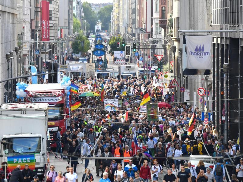Teilnehmer sammeln sich in der Friedrichstraße zur Demo gegen die Corona-Maßnahmen. Foto: Paul Zinken/dpa