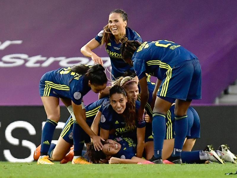Die Spielerinnen von Olympique Lyon feiern das 2:0 durch Saki Kumagai (unten). Foto: Alvaro Barrientos/POOL AP/dpa