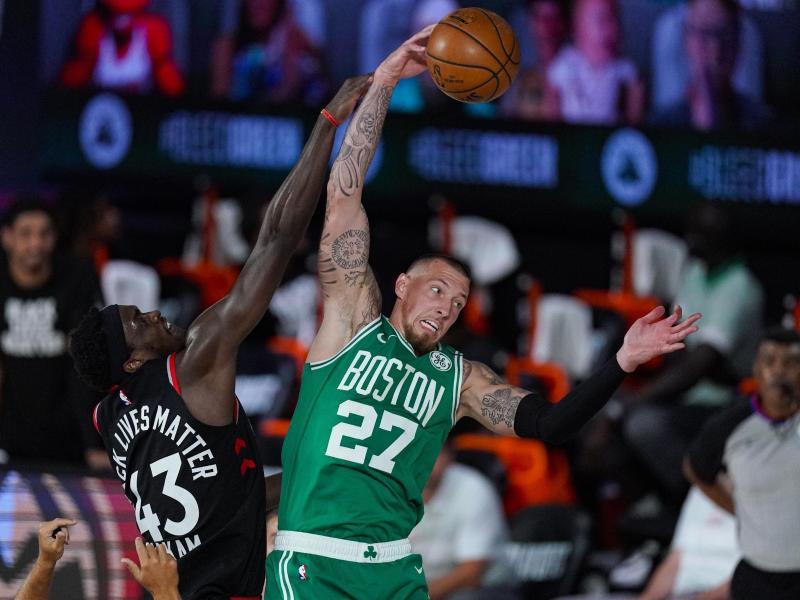 Musste sich diesmal mit Boston den Toronto Raptors geschlagen geben:Daniel Theis (r). Foto: Mark J. Terrill/AP/dpa