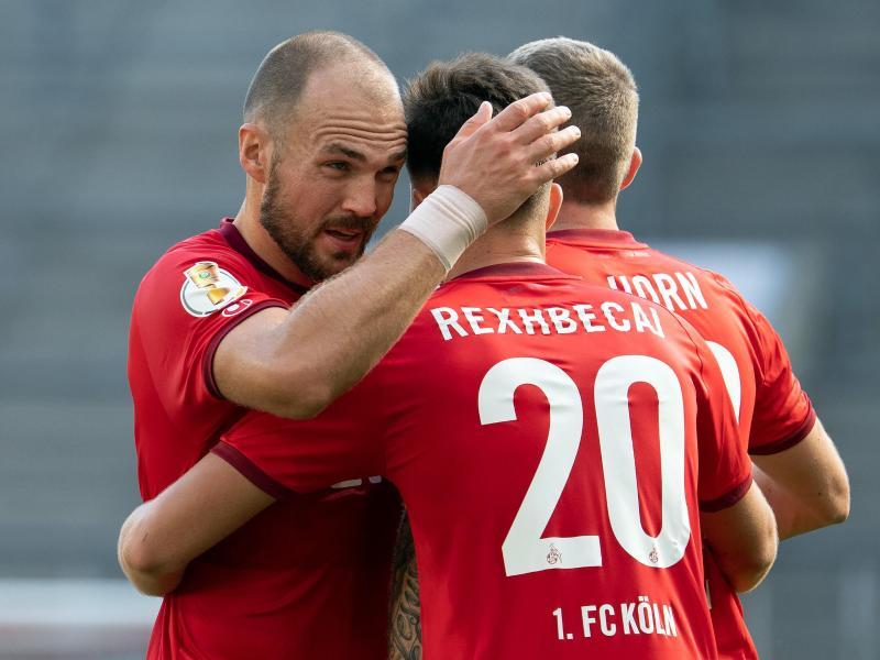 Die Kölner Elvis Rexhbecaj (M), Rafael Czichos (l) und Jannes Horn feiern das zwischenzeitliche 2:0 gegen Altglienicke. Foto: Federico Gambarini/dpa
