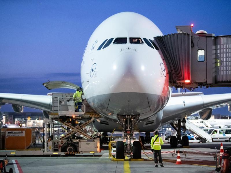 Ein Airbus A380 der Lufthansa steht nach am Flughafen Frankfurt in seiner Parkposition. Die Kranich-Linie legt die Superjumbos in der Corona-Krise still. Foto: Silas Stein/dpa