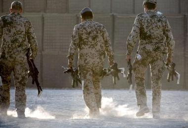 In Kundus müssen Bundeswehrsoldaten ihre Waffen zusammenpacken. Foto: picture alliance / dpa