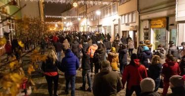 Im Corona-Hotspot-Landkreis Hildburghausen haben rund 400 Menschen gegen die neuen Corona-Regeln protestiert. Foto: Steffen Ittig/NEWS5/dpa