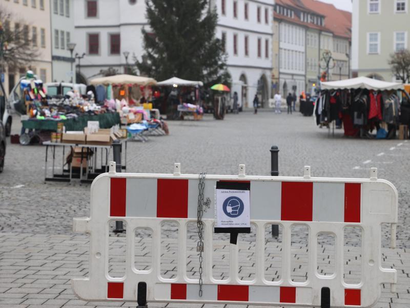 Ein Hinweisschild zur Maskenpflicht auf dem Marktplatz von Hildburghausen. Foto: Bodo Schackow/dpa-Zentralbild/dpa