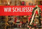 """""""Wir schließen"""" ist am dritten Adventswochenende an einem Schuhgeschäft in der Innenstadt von Wernigerode zu lesen. Foto: Matthias Bein/dpa-Zentralbild/dpa"""