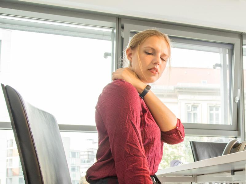 Massieren hilft nur kurzzeitig gegen Nackenschmerzen - besser ist es, immer wieder die Sitzposition zu wechseln und Kräftigungsübungen zu machen. Foto: Christin Klose/dpa-tmn