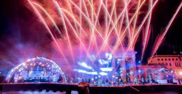 Ein Feuerwerk wird bei der ZDF-Silvestershow 'Willkommen 2021' am Brandenburger Tor gezündet. Foto: Christoph Soeder/dpa