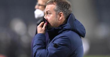 Nach der Niederlage bei Borussia Mönchengladbach sieht Bayerns Trainer Hansi Flick viel Arbeit vor sich. Foto: Martin Meissner/AP/Pool/dpa