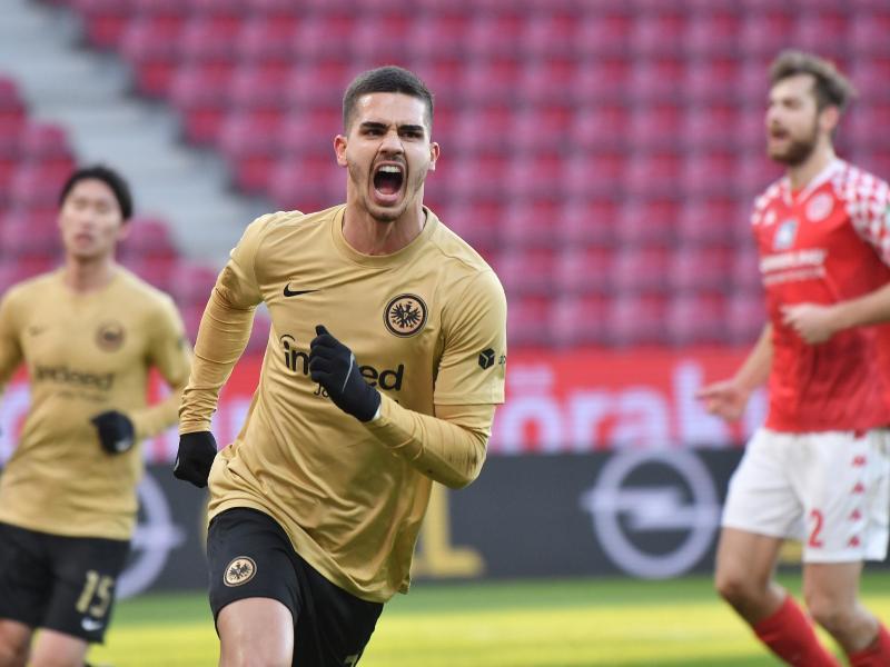 Frankfurts Andre Silva jubelt nach seinem Treffer zur 0:1-Auswärtsführung. Foto: Torsten Silz/dpa