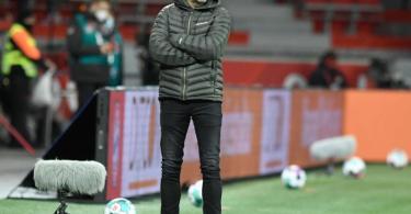 Leverkusens Trainer Peter Bosz steht an der Seitenlinie - die Punkteteilung ist für die Leverkusener eigentlich zu wenig. Foto: Bernd Thissen/dpa-pool/dpa