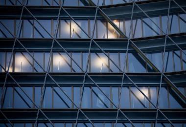 In einem Bürogebäude sind nur wenige Räume erleuchtet. Foto: Rolf Vennenbernd/dpa