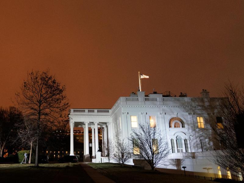 Wenige Stunden vor der Vereidigung des neuen US-Präsidenten Joe Biden hat der scheidende Amtsinhaber Donald Trump das Weiße Haus verlassen. Foto: Alex Brandon/AP/dpa