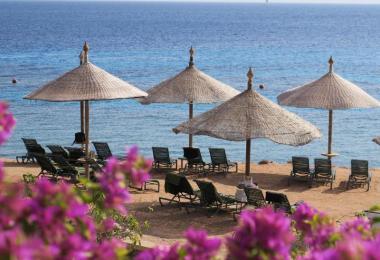 Leere Strandliegen im ägyptischen Scharm el Scheich am Roten Meer. Foto: Andrea Warnecke/dpa/Archiv