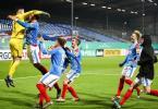 Kiels Torwart Ioannis Gelios (l) und seine Mitspieler feiern ihren Sieg mit 7:6 nach Elfmeterschießen. Foto: Christian Charisius/dpa