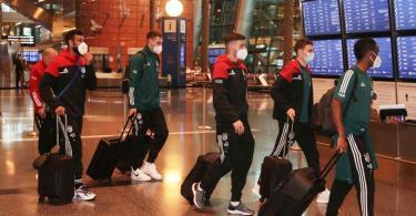 Die Spieler des FC Bayern bei der Ankuft am Flughafen in Doha. Foto: -/FIFA/dpa