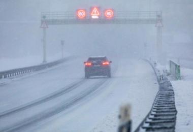 Bei Schneetreiben fährt ein Auto auf der A71 bei Zella-Mehlis in Thüringen. Foto: Bernd März/dpa